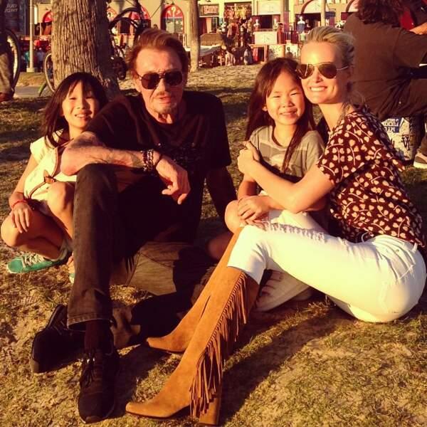 Laeticia Hallyday en bottes à franges Saint Laurent, avec Jade, Joy et Johnny à Venice Beach en 2015