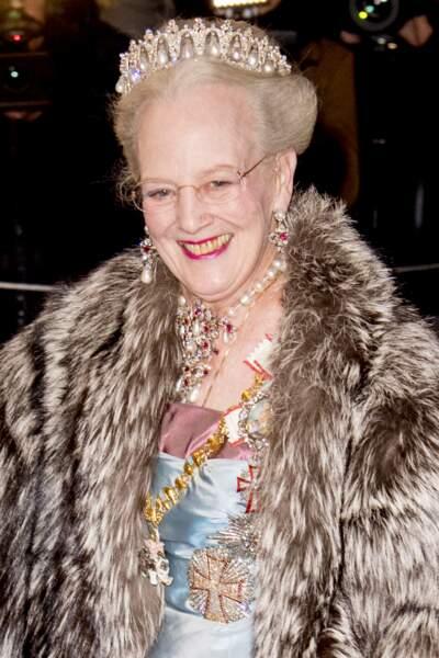 La reine Margrethe II portait pour l'occasion tous ses plus beaux bijoux