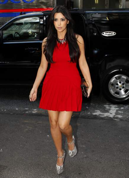 En août 2011, Kim Kardashian copie Kate avec sa tenue rouge à basques