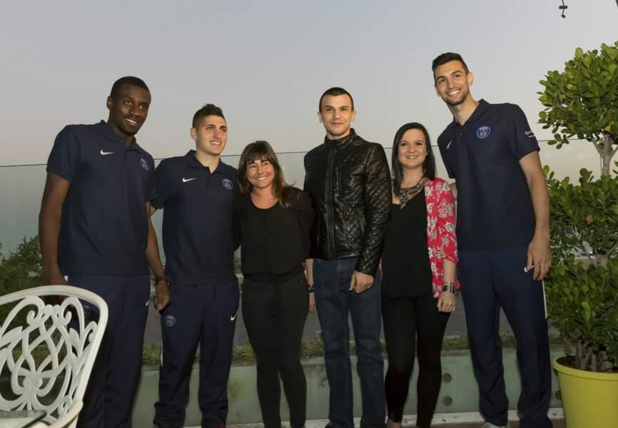 Les joueurs du PSG avec les gagnants du jeu concours « My Dream Trip »,