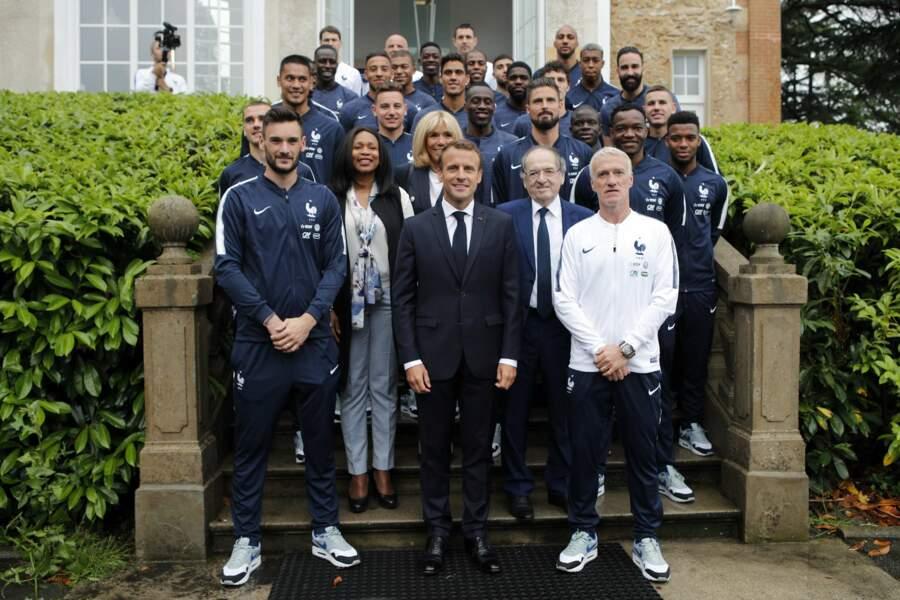 Brigitte Macron en blazer et jean slim pour rencontrer les Bleus