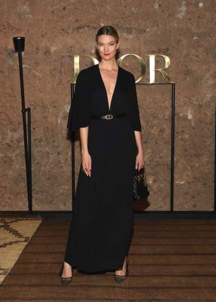 La top Karlie Kloss joue le minimalisme d'une longue robe ceinturée pour le défilé Croisière 2020 Dior à Marrakech