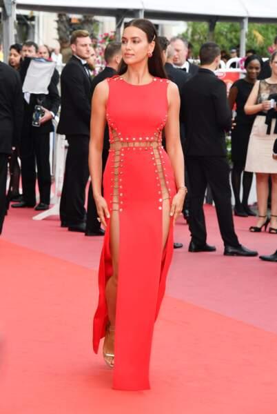 Irina Shayk en robe fendue rouge à Cannes