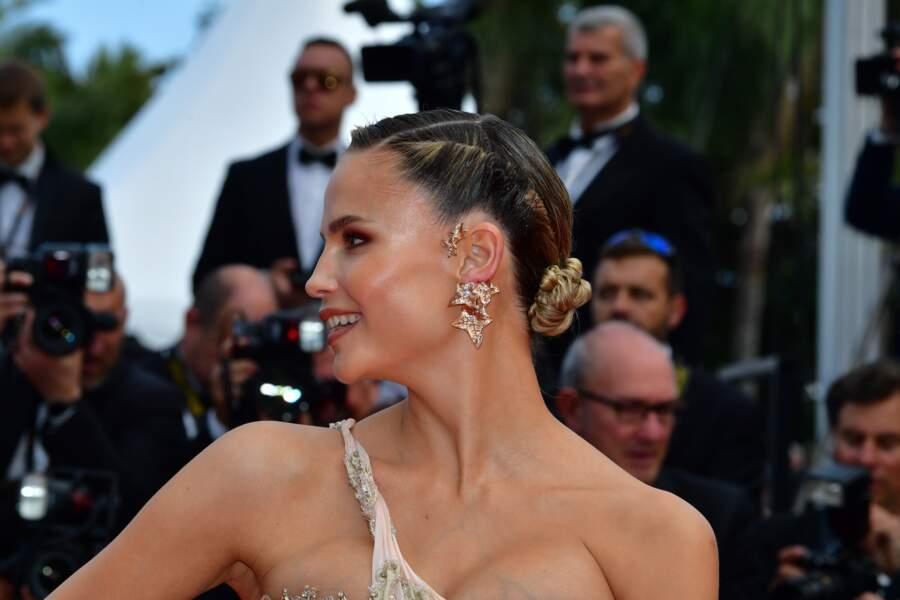 """Natasha Poly et son chignon twisté, à la première de  """"Roubaix, une lumière"""", le 22 mai 2019 à Cannes"""