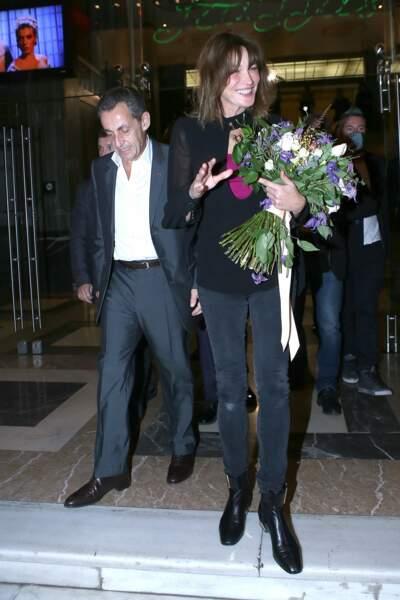 Carla Bruni-Sarkozy et Nicolas Sarkozy quittent le Pallas Theater avec un gros bouquet de fleurs