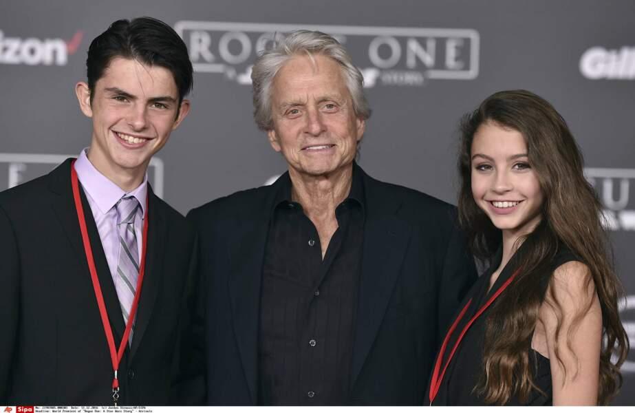 2016: Carys pose avec son père Michael Douglas et la ressemblance avec sa mère est déjà là