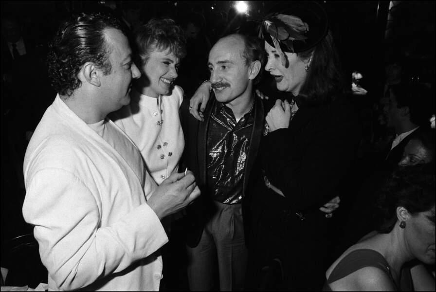 Coluche en compagnie de Michel Blanc, Isabelle Huppert et Dominique Lavanant