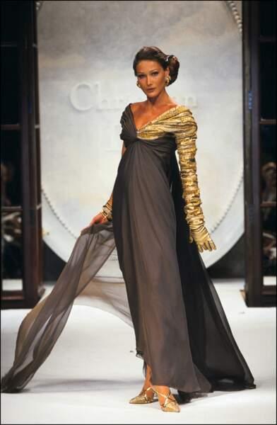 Carla Bruni et son chignon sur le côté, au défilé Dior Haute couture en 1992 à Paris
