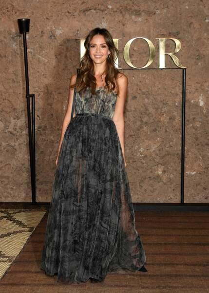 Des motifs et du volume : la robe de Jessica Alba est ultra estivale et fémine pour le défilé Croisière 2020 Dior