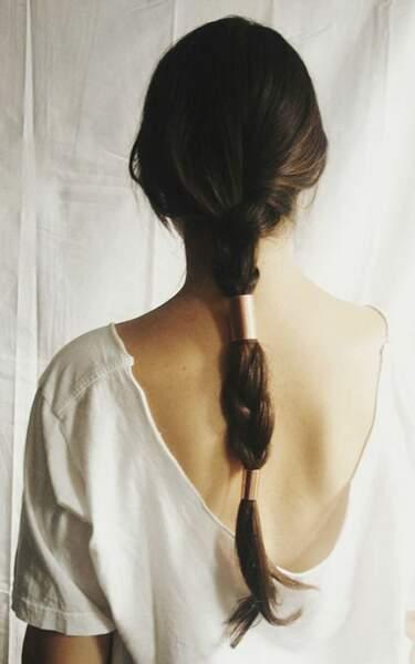 Chic, la ponytail agrémentée de bague de cheveux et de tresses
