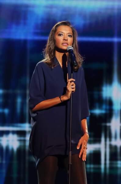 """En 2013, Karine Le Marchand donne de la voix sur le plateau de l'émission """"Toute la télé chante pour le Sidaction"""""""