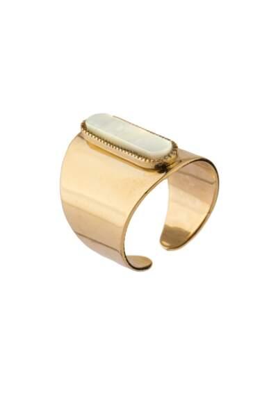 Ethnique, bague en nacre et metal doré à l'or 14 carats Satellite, 60 € (satelliteparis-boutique.com)
