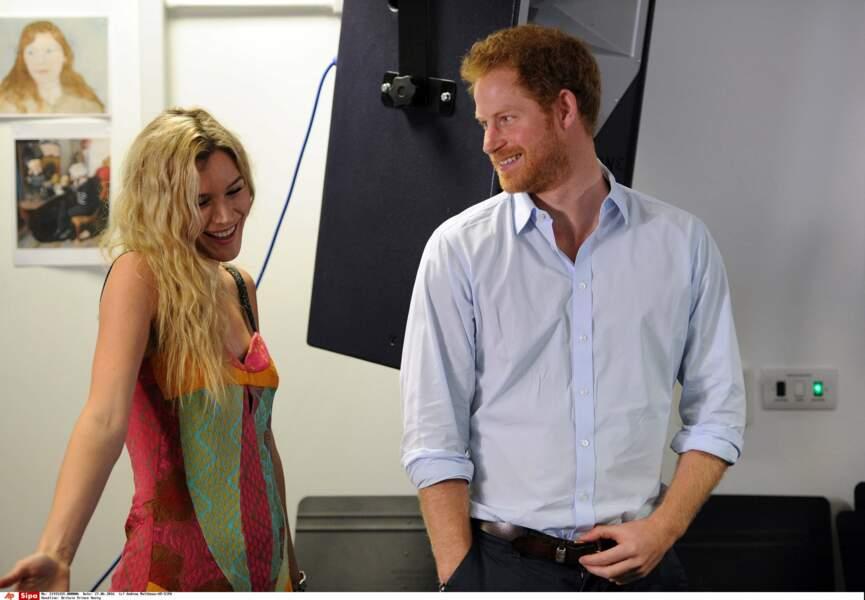 Prince Harry presque autant impressionné par Joss Stone que par les jeunes