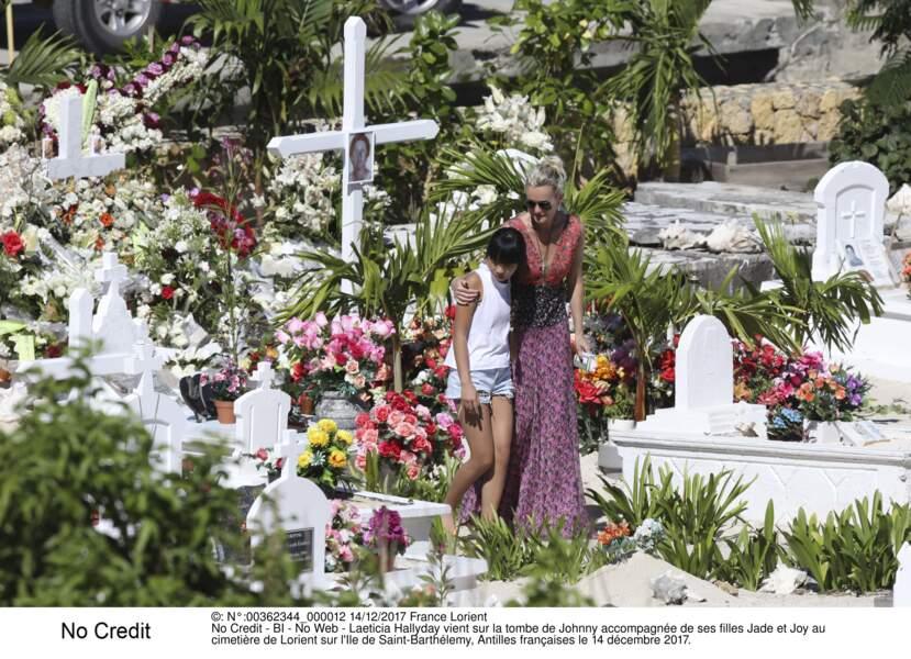 Laeticia Hallyday vient sur la tombe de Johnny accompagnée de ses filles Jade et Joy