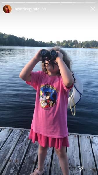 Cœur de Pirate avec sa fille, tendres moments au bord de l'eau