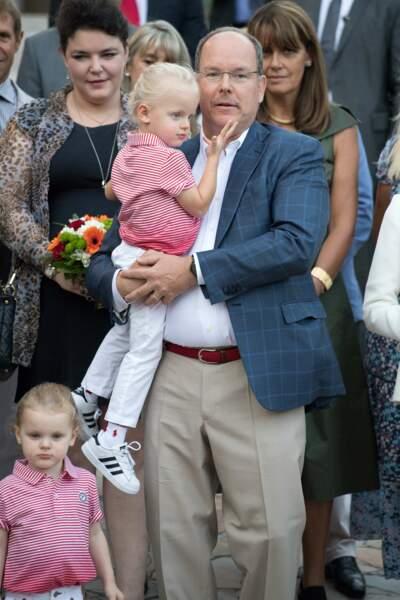 Le prince Jacques se repose quelques instants dans les bras de son père, qui s'est laissé pousser la moustache