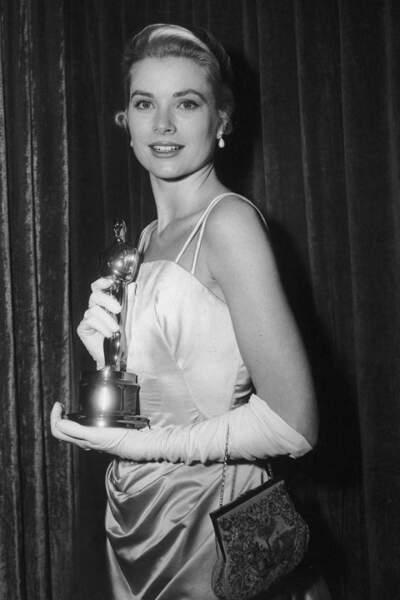 Grace Kelly toujours très élégante porte une robe couleur menthe d'Edith Head, en 1955