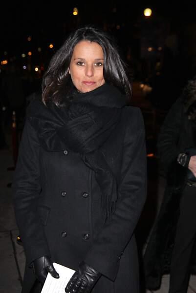 Faustine Bollaert recouverte d'un manteau d'hiver de velours noir et une écharpe noire à Paris le 8 février 2012