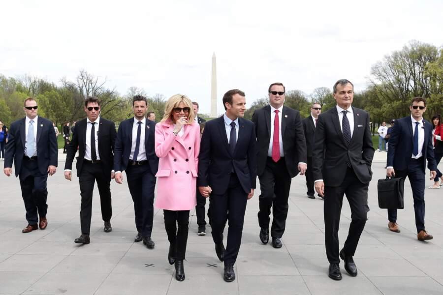 Le garde du corps de Brigitte Macron n'est jamais bien loin