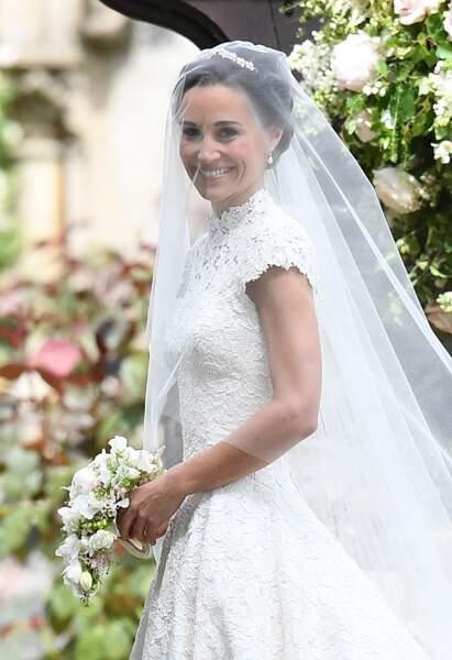 Pippa radieuse dans sa robe signée Giles Deacon