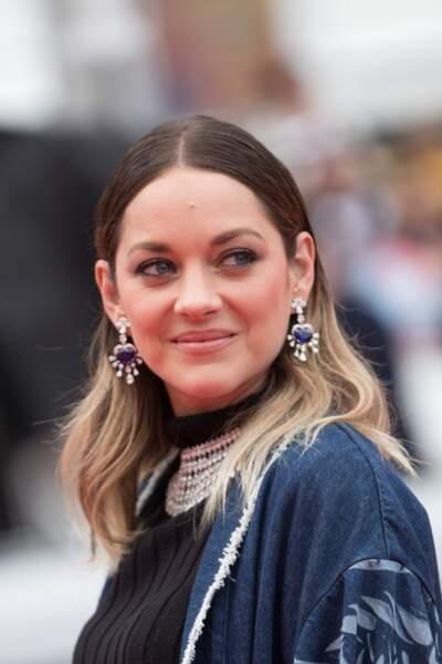 """Marion Cotillard et son tie and dye esprit Rock, à la première de """"Matthias et Maxime"""", le 22 mai 2019 à Cannes"""