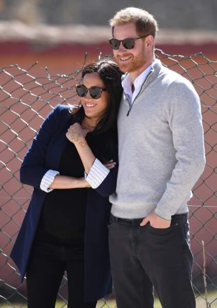 Meghan Markle porte des lunettes Illesteva et est environ à sept mois de grossesse