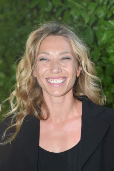 Laura Smet tout sourire, avec sa cascade de cheveux bouclés sublimé par Franck Provost, et son maquillage léger,