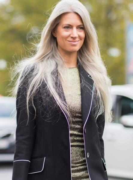 La journaliste mode du Vogue anglais Sarah Harris est magnifique avec ses cheveux gris