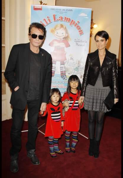 Novembre 2011, Johnny, Laeticia et leurs filles, Jade et Joy, à la générale de la pièce Lili Lampion à Paris.