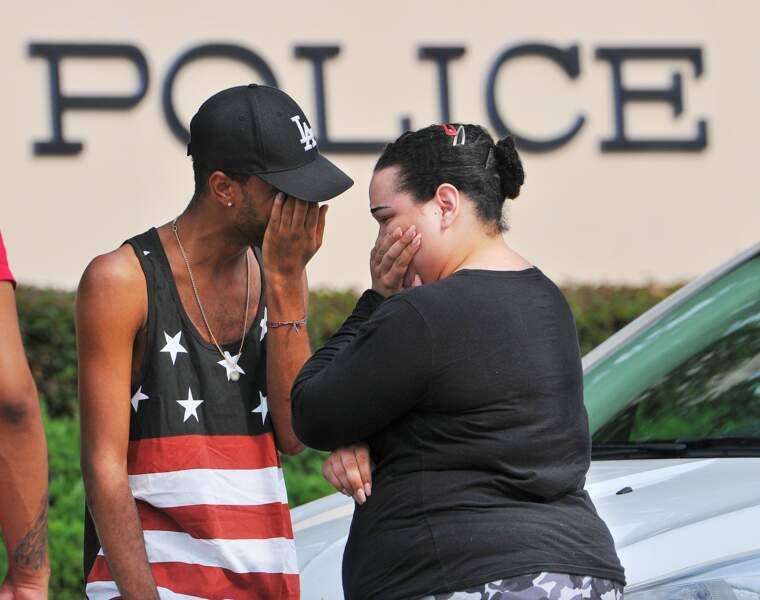 Pleurs à la sortie du commissariat d'Orlando