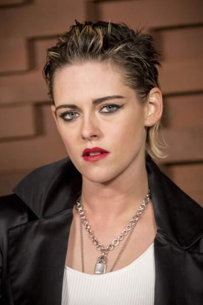 Kirsten Stewart adopte un look androgyne et des sourcils rebelles