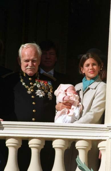 Alexandra de Hanovre bébé dans les bras Charlotte Casiraghi, aux côtés du prince Rainier, en 1999