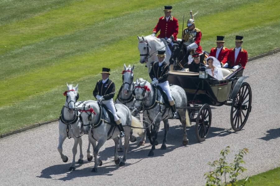 La voiture est tirée par quatre chevaux Windsor gris : Milford Haven, Storm, Plymouth et Tyrone.