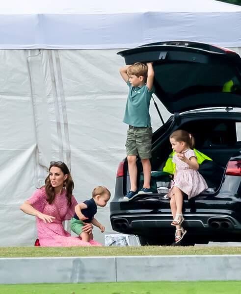 Le prince George dans le coffre de la voiture ainsi que la princesse Charlotte