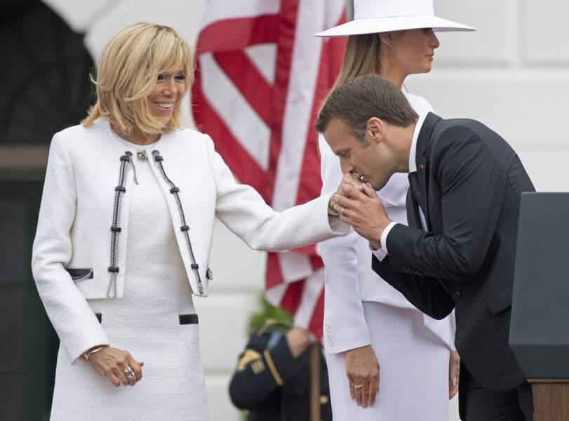 Brigitte Macron en tailleur blanc signé Louis Vuitton très complice avec son mari