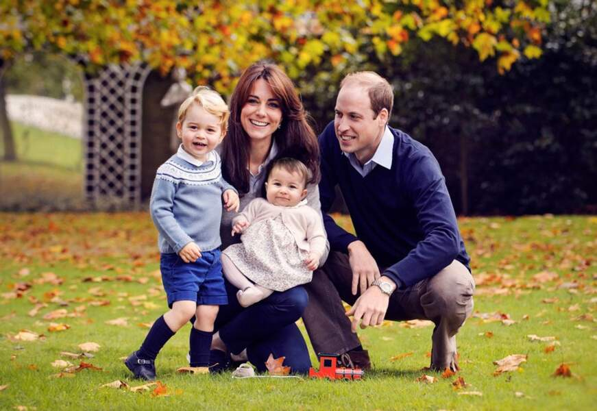 Portrait de famille de Kate, William et leurs enfants, le prince George et la princesse Charlotte, en 2015