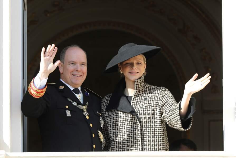 Le prince Albert II de Monaco et sa femme la princesse Charlene au balcon avec toute la famille Grimaldi