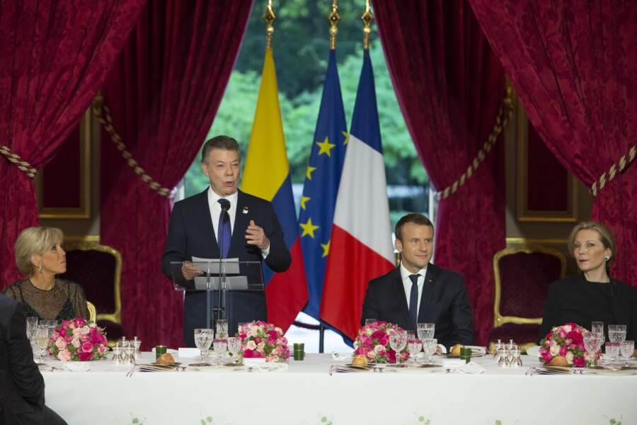 Juan Manuel Santos, Emmanuel Macron et leurs épouses savourent le repas préparé par le chef de l'Elysée