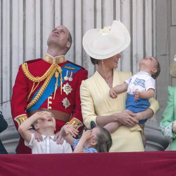 Le prince George et la princesse Charlotte faisant les fous