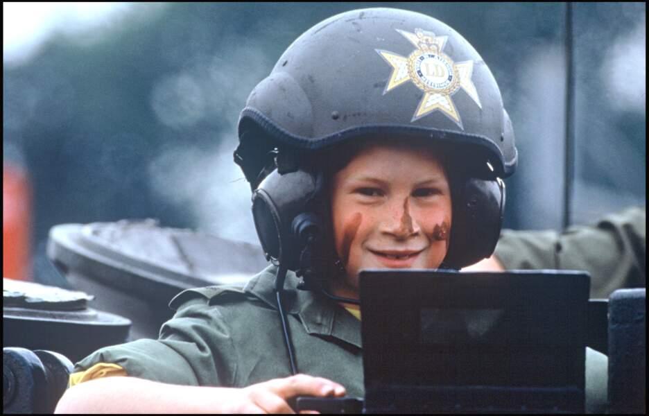 Le prince Harry lors de la visite d'un campement militaire en Allemagne, en 1993