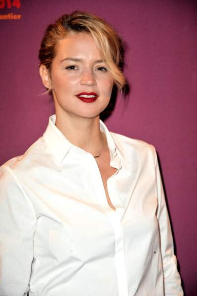 Bouche rouge et mèche stylée pour Virginie Efira en février 2014