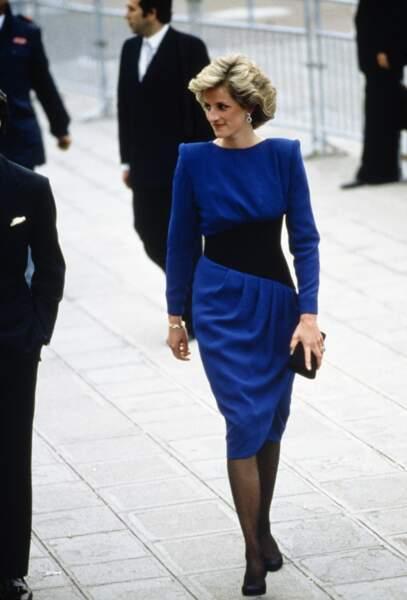 Silhouette moderne et cintrée, Diana s'affranchit des codes et impose une nouvelle féminité
