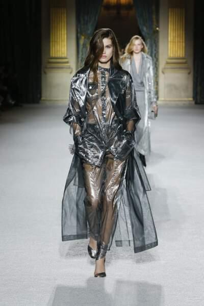 Balmain pousse le vêtement de pluie à son apogée.