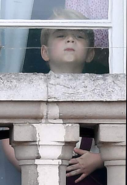 Le Prince George s'amuse à coller son visage contre la vitre