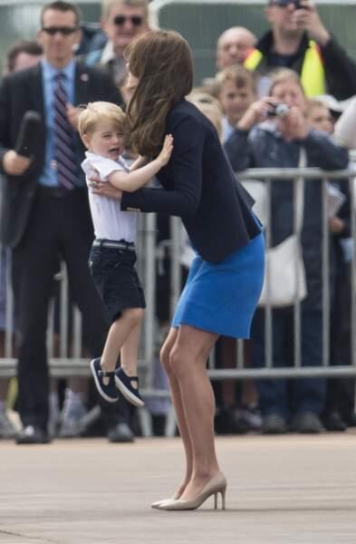 Kate Middleton console le prince George, en pleurs, à Gloucester le 8 juillet 2016