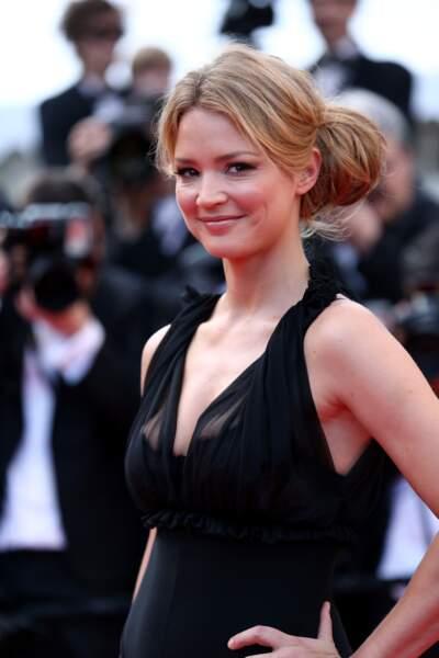 A Cannes, Virginie Efira chic et stylée avec un énorme bun très tendance en 2012