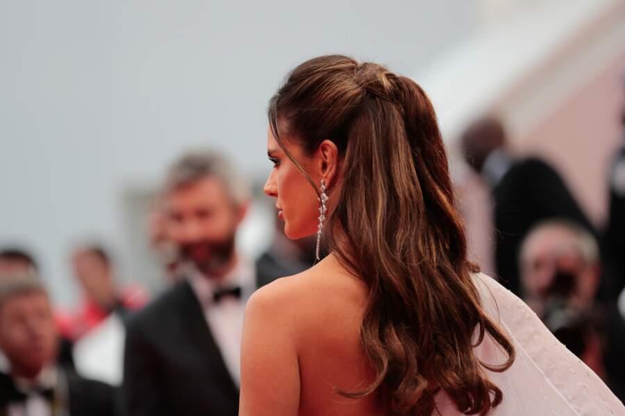 Alessandra Ambrosio et ses belles longueurs ondulées, sur le tapis rouge de Cannes le 14 mai 2019