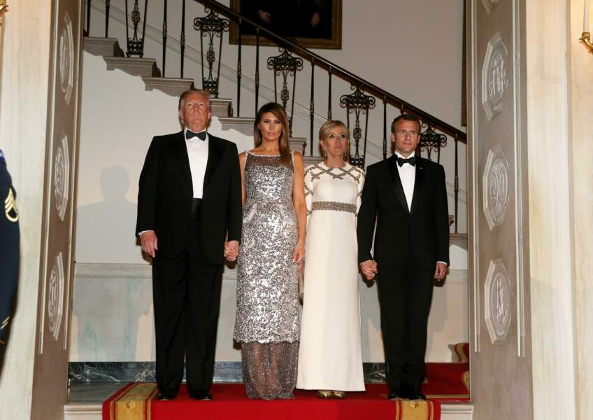 Emmanuel Macron et sa femme la Première Dame Brigitte Macron en robe Louis Vuitton à dorures