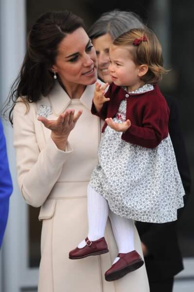 Kate Middleton tente de calmer sa fille la princesse Charlotte le 1er octobre 2016