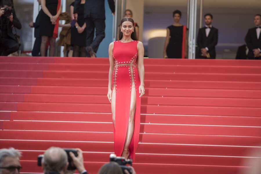 Irrésistible Irina Shayk en robe fendue